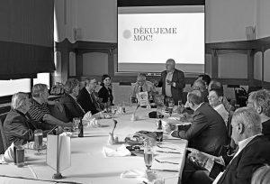 Schůzka členů Rotary klubu Praha Staré město v čele s prezidentem Theodorem Petříkem probíhá v přátelské atmosféře při společné večeři.