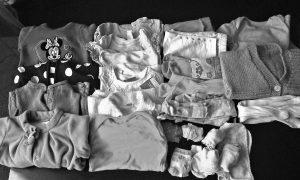 Výhodou dětského oblečení je, že z něj děti rychle vyrostou a dá se použít postupně pro několik dětí.