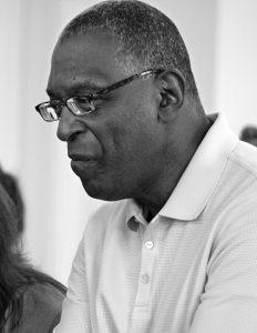 Učitel John Hunter pochází zVirginie, kde pro svéžáky před téměř čtyřiceti lety sestavil napínavou Hru nasvětový mír. Dnes sní slaví úspěch udětí pocelém světě ivPentagonu.