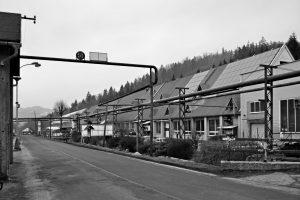 Továrna Galvamet uVsetína. Dříve se tu pásly ovce, dnes sekalí ocel.