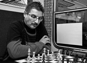 Šachy hraje dlouho, často a rád, klidně i ve vlaku.