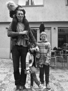 """Manžel Ivany Janečková Tomáš s dětmi. Ivana Janečková: """"Doma máme jeden iPad, který si půjčujeme. Snažíme se o méně materialistický život."""""""
