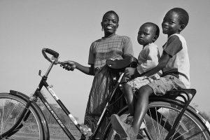 Mezinárodní nezisková organizace World Bicycle Relief se sídlem v Chicagu požádala na sociálních sítích lidi, aby se složili na nákup 800 kol pro školáky v Africe. Docházka se u žáků s kolem podle WBR zvedá o 28 procent a prospěch o 59 procent. Na #GivingTuesday 2015 se sešla částka na nákup 1 000 kol.