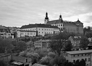 Benediktinský klášter postavil význačný stavitel Kilián Ignác Dientzenhofer, stejně jako další barokní kostely v přilehlých vesnicích. Jeho dílem je také chrám svatého Mikuláše na Malé Straně.