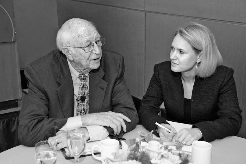 Melissa Durda vhovoru sWilliamem Gatesem st., správcem Nadace Billa aMelindy Gatesových, naschůzi GPC.